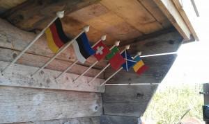 PA? raststugan sitter det en flagga fA�r varje nation som A�r representerad i ledens gA�stbok. HA�r ser ni ena sidan av ingA?ngen.